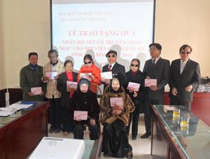 Lãnh đạo Trung ương Hội Người mù Việt Nam tặng quà cho hội viên thành phố Hoà Bình.
